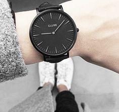 Find Beauty in Simplicity: Stilvolle Armbanduhr mit hochwertigem Lederarmband im monochromen Schwarz. Hier entdecken und shoppen: http://sturbock.me/5ps