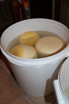 Rauwmelksekaas, zelf kaas maken. pekelbad