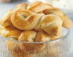 Receita de Torcidos de Manteiga - Faça você mesmo e tenha a satisfação muito especial, de fazer os seus próprios biscoitos e tenha a lata deles sempre cheia. São deliciosos para serem comidos a qualquer hora do dia.                                                                                                                                                                                 Mais