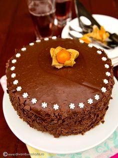 TORT DE CIOCOLATA CU MIEZ DE LAPTE | Diva in bucatarie Dessert Cake Recipes, Sweets Recipes, Cookie Recipes, Desserts, Food Cakes, Something Sweet, Food And Drink, Cookies, Chocolate