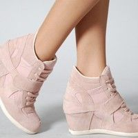 Secrets Of Sneaker Shopping. It's no surprise that a great deal of males and females simply choose to use sneakers. Trendy Shoes, Cute Shoes, Me Too Shoes, Shoes Pic, Sneakers Fashion, Fashion Shoes, Mode Adidas, Pictures Of Shoes, Pink Wedges