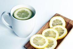 I benefici dell'acqua calda con succo di limone al mattino