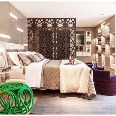 Lindo quarto de casal, o diferencial deste quarto é a estante feita de nichos para o enxoval de banho ...