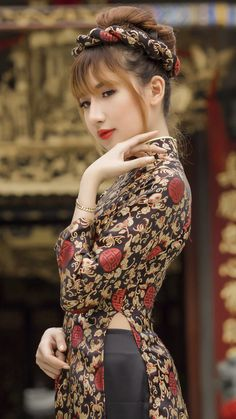 Vietnamese Traditional Dress, Vietnamese Dress, Traditional Dresses, Oily Skin Remedy, Prity Girl, Brunette Beauty, Beautiful Asian Women, Ao Dai, Bollywood Fashion