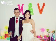 Flores de atrás. Neon wedding Bodas de Cuento, The Wedding Designers. Bride and Groom. Love Fluor!