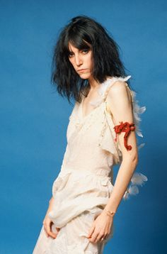 Punk rock singer and poet Patti Smith poses for a studio portrait. She wears feathers down her back, meant to suggest an angel's wings, and a red piece of cloth tied like a tourniquet around her upper arm. Patti Smith, Pop Punk, Musica Punk, Divas Pop, Lynn Goldsmith, Just Kids, Robert Mapplethorpe, Women Of Rock, Joan Jett