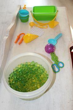 Je vous présente un atelier qui a remporté un franc succès auprès de mon Bayu. Il s'agit des perles d'eau (souvent utilisé par les fleuristes). Elles sont vendues sous formes de toutes …