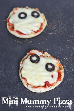 Our mini mummy pizza pie is a great way to get into Mini Chef Mondays with your child and celebrate with a Halloween recipe! School Pizza, School Snacks, Pizza Snacks, Personal Pizza, Appetizer Recipes, Appetizers, Healthy Snacks For Kids, Cooking With Kids, Kid Friendly Meals