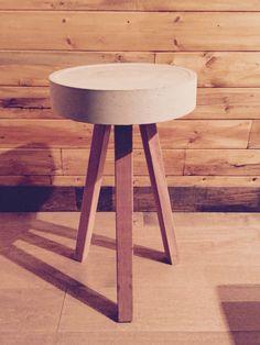 Petit tabouret acajou et béton Stool, Furniture, Home Decor, Homemade Home Decor, Stools, Home Furnishings, Chair, Interior Design, Home Interiors