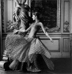 Dorian Leigh wearing Madame Gres, Photo by Henry Clarke. Madame Gres, Carmen Dell'orefice, Fifties Fashion, Retro Fashion, Classic Fashion, Fifties Style, White Fashion, Retro Style, Vintage Style