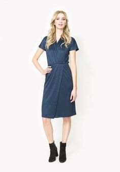 0f90635682620f Dit donkerblauwe jurkje van DryLake is gemaakt van een reliëfstof met  verticale strepen. Het jurkje