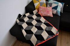 Jeg får rigtigt mange spørgsmål angående mit hæklede rombetæppe, så nu tænkte jeg lige at give opskriften og beskrivelsen en opdatering.  Garn: Peruvian Highland Wool fra Yarnfreak i farverne: sort, r