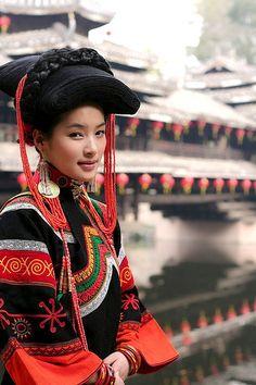 Sichuan Naci girl ~ what a hairdo!