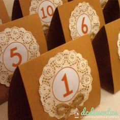Números de mesa carpa Wedding Centerpieces, Wedding Decorations, Christmas Decorations, Table Decorations, Cute Crafts, Crafts To Make, Seating Cards, Ideas Para Fiestas, Colorful Party