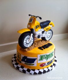 Tarta moto todoterreno fondant. Motorcycle Cake, Bike Cakes, Let Them Eat Cake, Cake Decorating, Baking, Party, Desserts, Gifts, Design