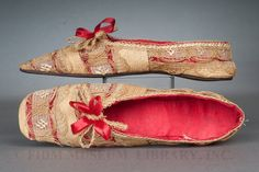1830-1840 slippers, made of straw and horsehair, were intended for use at home.
