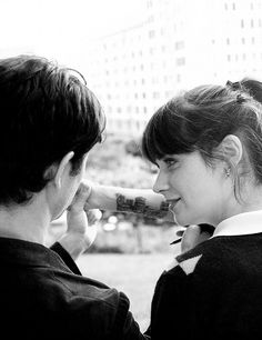Zooey Deschanel as Summer Finn, and Joseph Gordon-Levitt as Tom Hansen in 500 Days of Summer, 2009 500 Days Of Summer, 500 Dias Con Summer, Summer 3, Zooey Deschanel, Love Movie, Movie Tv, Beautiful Film, Celebrity Portraits, Charlie Chaplin