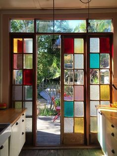 6 Stained Glass Ideas That'll Have You Ditching Traditional Wall Art bunte Glasmalerei Wand Home Design, Design Hotel, Modern House Design, Modern Interior Design, Bakery Design, Design Design, Style At Home, House Windows, Home Fashion