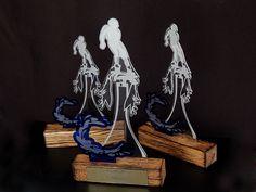 Statuetki sportowe FLYCUP wykonane z połączenia trzech różnych materiałów: postarzane drewno, eleganckiego pleksi niebieskiego i przezroczystego oraz nowoczesnego laminatu grawerskiego.