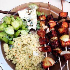 Brochettes de tofu fumé mariné au ketchup et herbes de Provence, couscous aux fleurs, salade céleri concombre au citron #vegan