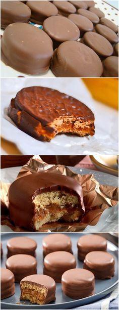 Aprenda a fazer o verdadeiro alfajor argentino... Em uma tigela grande coloque os açúcares, o fermento em pó, a farinha de trigo, o amido de milho, a manteiga e amasse com a ponta dos dedos ou bata no processador até obter uma farofa úmida. #receita#bolo#torta#doce#sobremesa#aniversario#pudim#mousse#pave#Cheesecake#chocolate#confeitaria