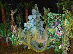 Jungle decoratie 1x Krokodil 1x Rotswand in 3 delen 4x Palmboom (H 205 cm én H 235 cm) 1x Raffiabast 5x Grassen in bloei 4x Kunstplant (H 150 cm én H 200 cm) 2 x 2 st 4x Kleine plant met bloemen 1x Camouflage net (L 8 m x B 6 m = 48m²) 1x Liniaan 1x Reeks van 3 jonge palmboompjes 1x Vlinderbox 4x Savannah gras 1x Giraffe 3x Mini cactus * * * * * * * HUURPRIJS * * * * * * * Jungle (krokodil): 375 Euro