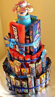 gâteau de bonbons sur plusieurs étages et déco avec des tablettes de chocolat et barres chocolatées
