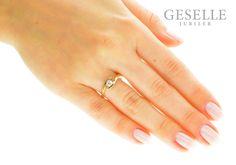 Nowoczesny, symetryczny pierścionek z żółtego złota z brylantem o masie 0,19 karata - GRAWER W PREZENCIE | PIERŚCIONKI ZARĘCZYNOWE \ Brylant \ Żółte złoto od GESELLE Jubiler