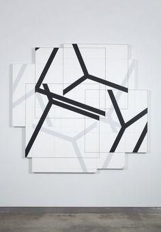"""Obra: """"Dessins Génératifs - Cubic Limit II"""", Galerie Weiller, Paris, 1977 Artista: Manfred Mohr Sitio Artista: http://www.emohr.com/ww4_out.html  Reseña: en esta obra el artista crea un alfabeto de signos a partir de el moldeamiento, rotación y manipulación de las doce lineas de un Cubo"""