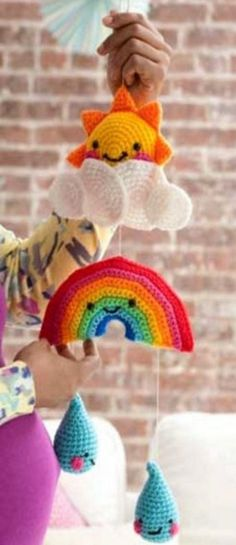 Crochet Baby Patterns Crochet Rainy Day Baby Mobile Free Pattern More - You will love to make this Crochet Rainbow Baby Mobile and we have a free pattern for you. Check out the different versions and the rainbow ripple blanket. Crochet Baby Blanket Beginner, Crochet Baby Toys, Crochet Baby Booties, Crochet Gratis, Crochet Diy, Crochet For Kids, Crochet Ideas, Mobiles En Crochet, Crochet Mobile