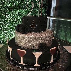 Bolo de Aniversário Feminino - 28 Idéias Maravilhosas Classy 21st Birthday, 21st Birthday Cake For Girls, 25th Birthday Cakes, 21st Cake, 21 Birthday, Birthday Beer, Flower Birthday, Birthday Ideas, Bolo Fashionista