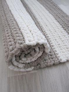Sisustusideoita pullahtaa päähän koko ajan, mutta kaikkea haluamaansa ei ehdi toteuttaa. Kesälomalla kokeilin virkata raidallisia mattoja...
