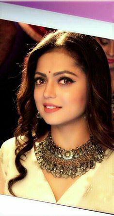 مين ذي؟ Indian Tv Actress, Beautiful Indian Actress, Indian Actresses, Indian Celebrities, Bollywood Celebrities, Deepika Padukone Hair, Bengali Bridal Makeup, Party Wear Indian Dresses, Drashti Dhami
