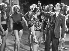 Hoy en #cine de TV5MONDE: AVEC LE SOURIRE (1936) 17:32 México 20:32 Argentina #CineFrancés #CineEnCasa #Pelicula #Clasica #BlancoYNegro #B&N #París  Victor llega a París sin un centavo. Conoce a Gisèle extra en un music-hall. Seducido por la joven se las arregla para ser contratado como seguridad en el establecimiento donde ella trabaja...