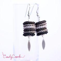 Boucles d'oreilles pendantes tons noir et gris, Perles textiles fait main au crochet et inox, Boucles modernes, Bijou contemporain chic - Par CandyCroch'