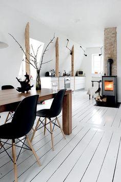 Bekijk de foto van Ietje met als titel Eetkamer met witte houten vloer en houtkachel.   en andere inspirerende plaatjes op Welke.nl.