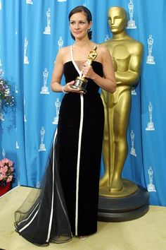 Valentino names Julia Roberts the famous woman he most enjoyed dressing after she wore a vintage gown of his design to the 2001 Oscars. Julia was named Best Actress for her leading role in Erin Brockovich Julia Roberts, Best Oscar Dresses, Oscar Gowns, Harry Winston, Georgie, Valentino Dress, Valentino Couture, Valentino Garavani, Oscar Fashion