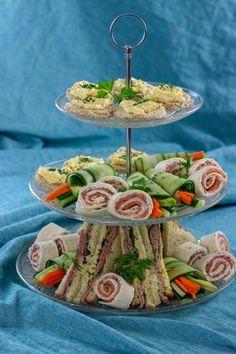 High tea of borrelhapjes High Tea Sandwiches, Tee Sandwiches, Afternoon Tea Recipes, Afternoon Tea Parties, Tea Snacks, Snacks Für Party, Vegan Teas, High Tea Food, Finger Foods