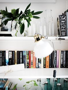 Välkomna hem till mig! Eller till min bokhylla rättare sagt. För mig är ett hem inget riktigt hem utan en bokhylla och enligt mig ska den rymma mycket mer än bara böcker.