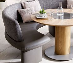 stunning curved banquette seating with grey leather bench with back beautified with cushions and wooden round Design Ppt, Design Food, Design Brochure, Design Ideas, Bench Seating Kitchen Table, Living Room Seating, Dining Room Table, Banquet Seating, Office Seating