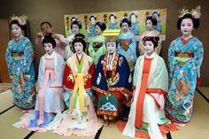 Miyako Odori 2015: promo photoshoot with (from left to right) maiko Katsutomo, geiko Sakiko, maiko Mameroku, geiko Fukuha, maiko Katsunosuke, geiko Kogiku, maiko Ichitomi, Mikako, geiko Tsuruha and maiko Masaki [SOURCE]