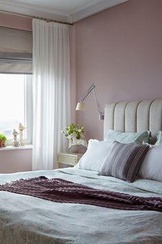Спальня с припыленно-розовыми стенами получилась самой романтичной комнатой в квартире. Кровать заказали в Америке. Тумбы и стул нашли в Москве, на складе www.wonder-wood.ru
