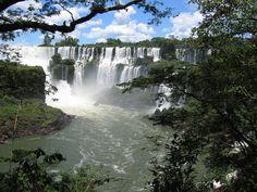 Cataratas del Iguazú  Una de las joyas de Argentina. 275 saltos de hasta 70 metros de altura que exhiben un volumen de agua 9 veces superior a las Cataratas del Niágara (qué tal, eh!). La visión de las toneladas de agua que se desploman cada segundo a escasos metros de las pasarelas suspendidas en el aire, sobrecoge de tal manera que nadie habla.