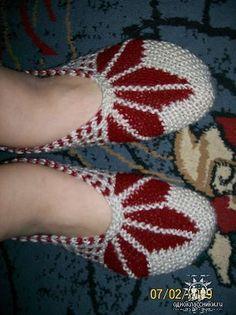 Easy Crochet Slippers, Crochet Slipper Pattern, Crochet Shoes, Knitting Socks, Free Knitting, Baby Knitting, Knitting Designs, Knitting Patterns, Crochet Hat Tutorial