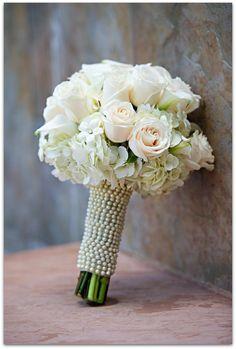 ¿Quieres un ramo vintage? Clave 4: Usa esas perlas heredadas de tu abuela para decorar los tallos de tu ramo. ¡Glamour y elegancia! Descubre más trucos aquí.