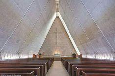 Kramer Chapel in Fort Wayne, Indiana. Sacred Architecture, Religious Architecture, Church Architecture, Interior Architecture, Eero Saarinen, Modern Church, Church Interior, Cathedral Church, Church Design