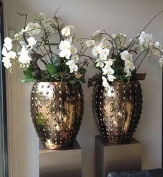 Luxury Living: Gold vase with beautiful flowers home decoration Vase Design, Gold Vases, White Vases, Vase Arrangements, House Ornaments, Vase Shapes, Living Room Remodel, Arte Floral, Vases Decor