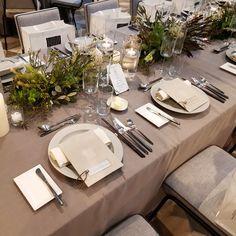 maoさんはInstagramを利用しています:「〜flower 01〜 * 大満足すぎる装花。私たちは親族がほとんどで友人が少しだったので、流しテーブルを真ん中に1つ 友人用に、周りに円卓を5つ お互いの親族用のテーブルにしました。 メニュー表 テーブルクロス 飾り皿はグレーで統一してもらいました。 サボテン…」 Banquet, Wedding Table, Tablescapes, Wedding Styles, Table Settings, Interior, Instagram, Valentines Day Weddings, Green