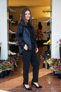 Boutique Moschino blouse gecombineerd met een pantalon van Annette Gortz pantalon en een jack en schoenen van Marc Cain. Lente-Zomer 2019 Marc Cain, Audrey Hepburn, Mix Match, Moschino, Normcore, Ruffle Blouse, Group, Board, Women