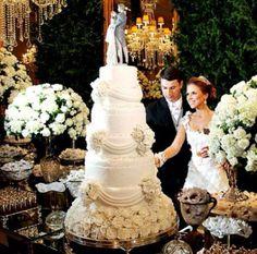 Bom Dia!! Que linda mesa de doces e bolo. Os bolos de mais de 3 andares continuam sendo os queridinhos dos casamentos de 2014!